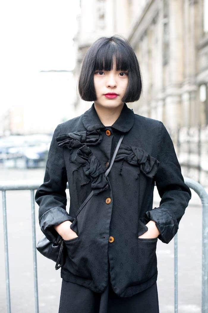 monochromes schwarzes outfit frau mit schwarzen haaren kurze frisuren mit pony inspiration kurzhaarschnitte für damen