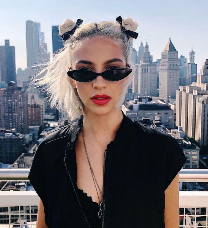 new york style inspiration frisuren damen schulterlange haare stylen zwei kleine haarknoten schwarzes outfit und sonnenbrillen roter lippenstifft