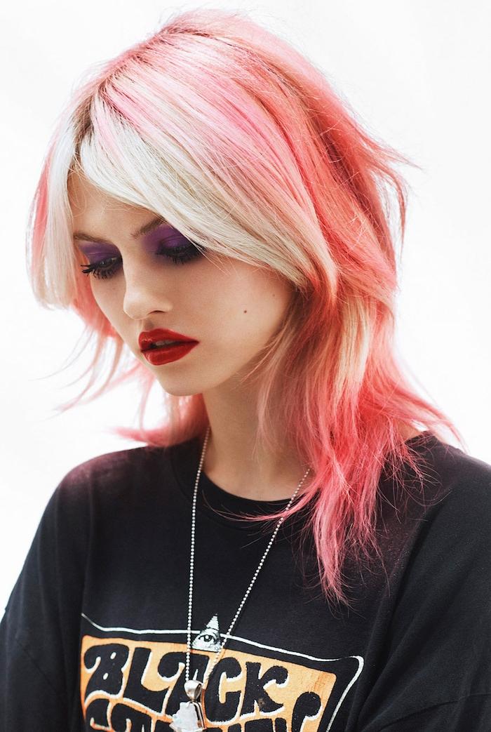 originelle haarfarbe und haarschnitt frau mit pink blonden haaren shag frisur inspo schwarzes t shirt mit print lange halskette