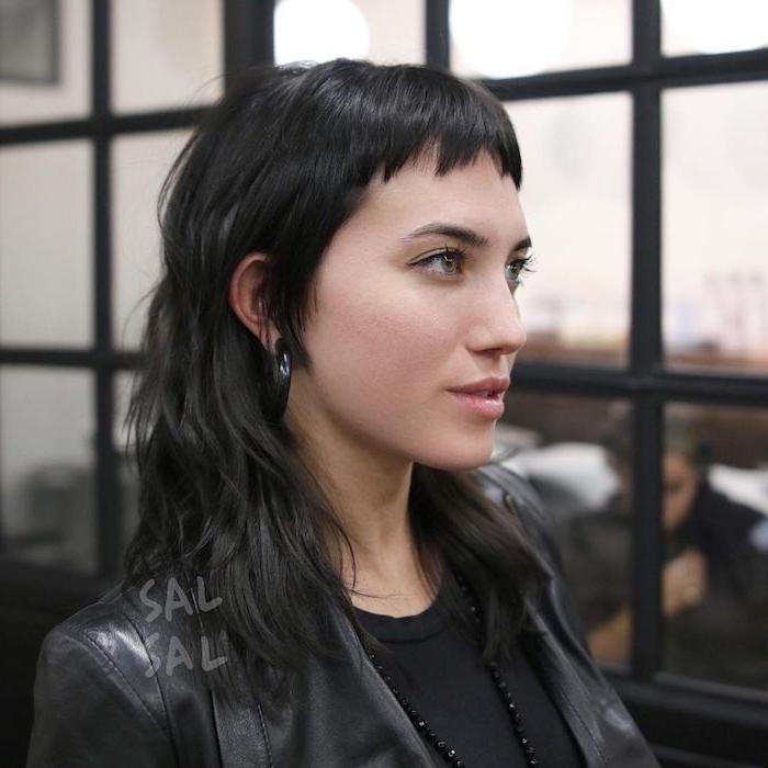 originelle haarschnitte ideen vokuhila frau 2021 inspo dame mit schwarzen haaren