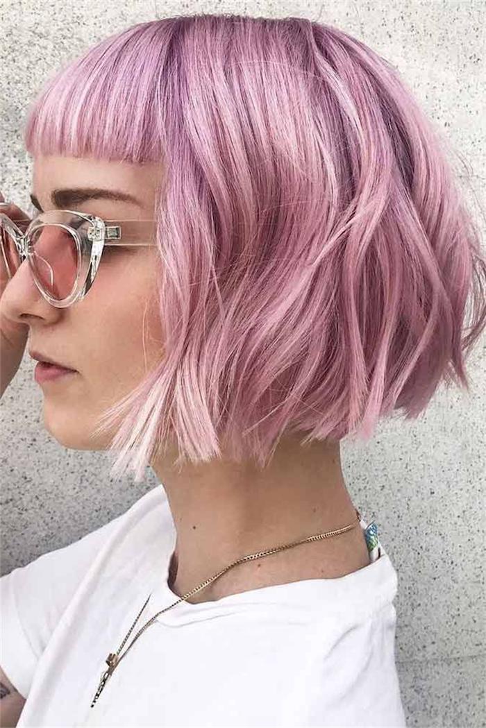 originelle pony frisure frau mit pinken haare inspiration kurzhaarfrisuren für damen legeres weißes t shirt helle sonnenbrillen