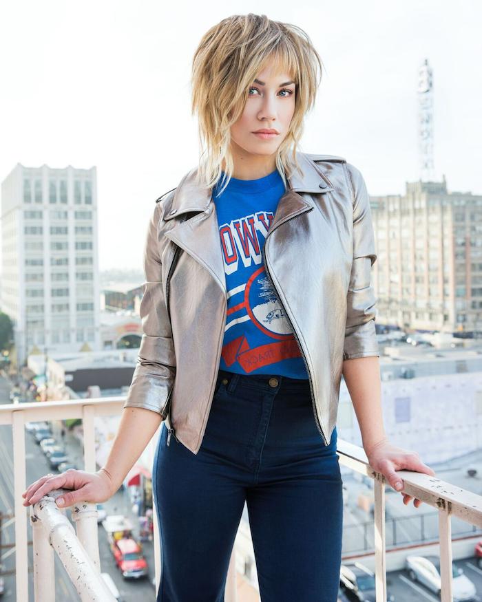 outfit ideen stylish dunke jeans mit blauem t shirt und silberne lederjacke frau mit blonden haaren shag frisur kurz ideen kurzhaarfrisuren 2021