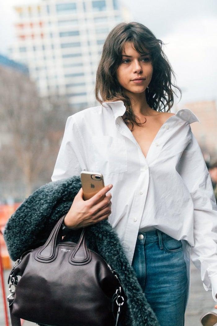 oversized weißes hemd mit jeans große schwarze handtasche mittellange braune haare mullet shag trend frisur 2021