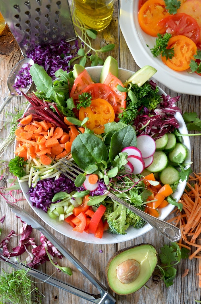 party salate zum grillen eine weiße schüssel mit salat mit frischen gemüsen tomaten möhren und paprikas