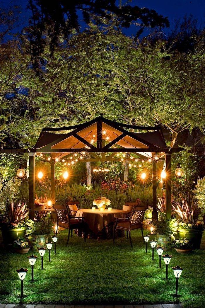 pergola inspiration mit hängeleuchten romantische einrichtung kleiner garten modern gestalten große grüne bäume