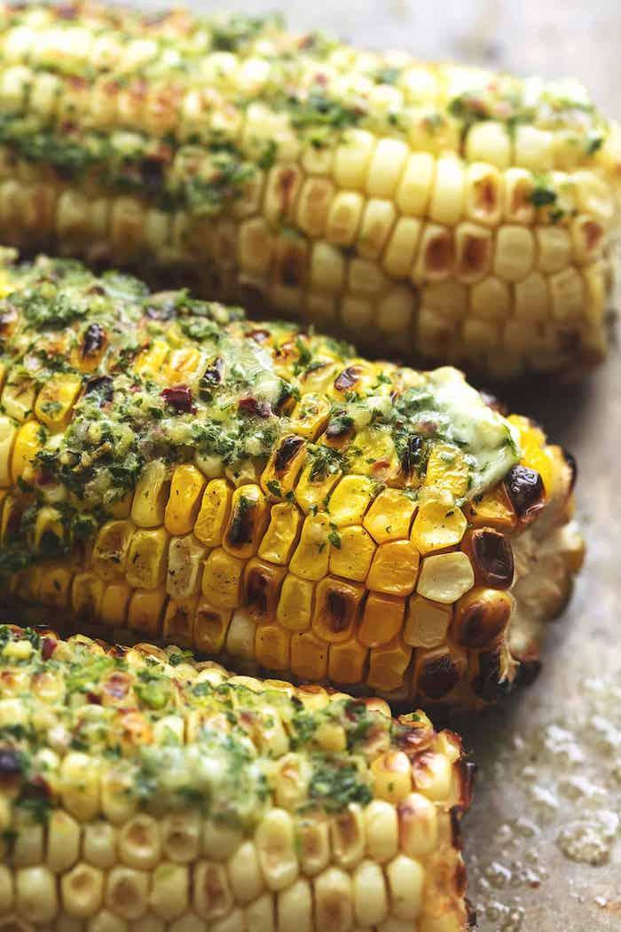 petersilie und geschmolzene butter mexikanische gerichte mit gegrilltem und gegkochtem maiskolben drei große maiskolben