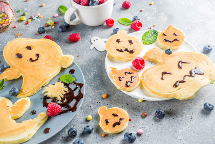 pfannkuchen spinat pfannkuchen für halloween ideen gefüllte pfannkuchen rezept kleine pfannkuchen halloween kürbis form gespenst früchte