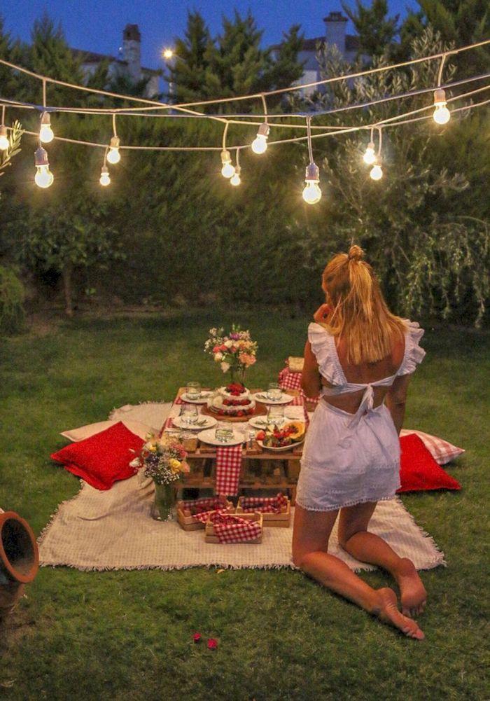 picknick im garten blonde frau im weißen kleid tisch aus paletten gartengestaltung beispiele und bilder romantisches abendessen