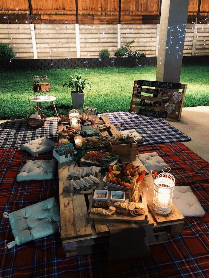 picknick im garten niedrig tisch aus paletten roten decke käseplatte schöne gartenideen dekoration inspiration