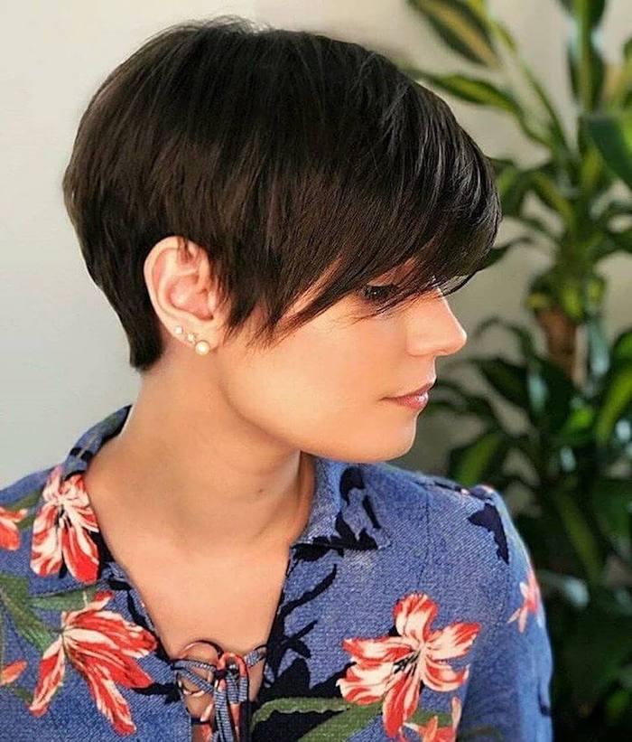 pixie bob pixie schnitt udercut frech pixie kurzhaarfrisuren pixie cut 2021 kurze haare stylen mittellanger pixie cut frau mit schwarzen haaren blaue bluse