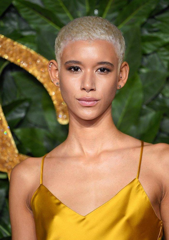 pixie schnitt pixie cut damen sehr kurze haare schwarze frau mit gelbem kleid pixie cut blond