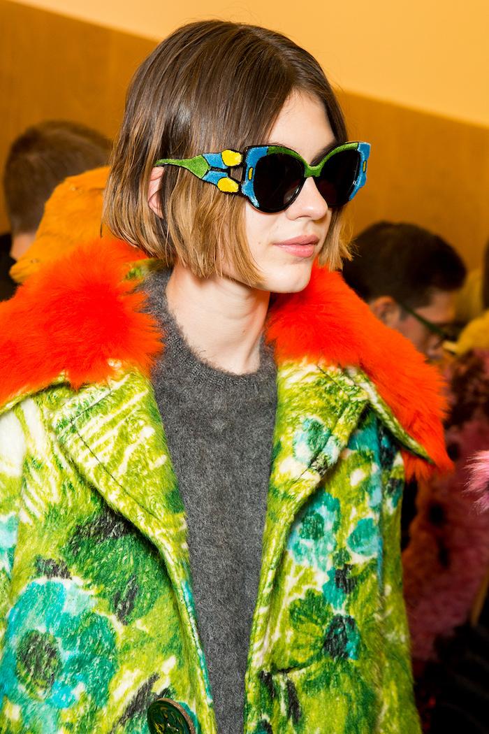 prada fashion show model im grünen mantel große bunte sonnenbrillen pflegeleicht kurzhaarfrisuren für feines haar blunt bob frisur inspo