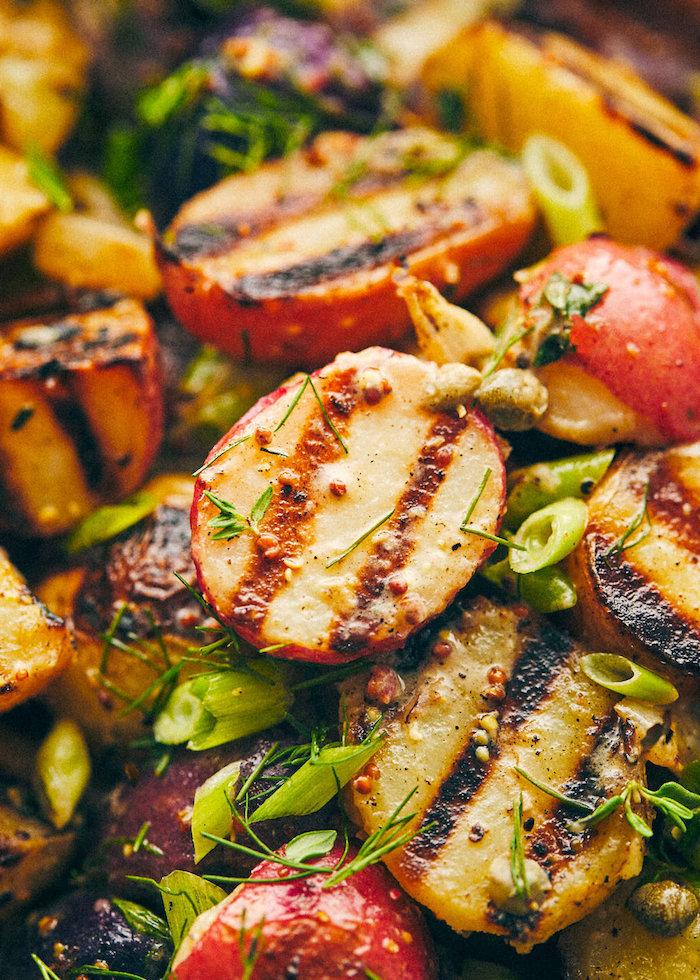 psrty sommerliche salate zum grillen ein salat mit kartoffeln knoblauch und zucchini