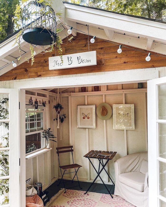 renovierung kleines gartenhaus aus holz mit kleinem tisch und stuhl wie kann ich mein gartenhäuschen umwandeln weißes sofa