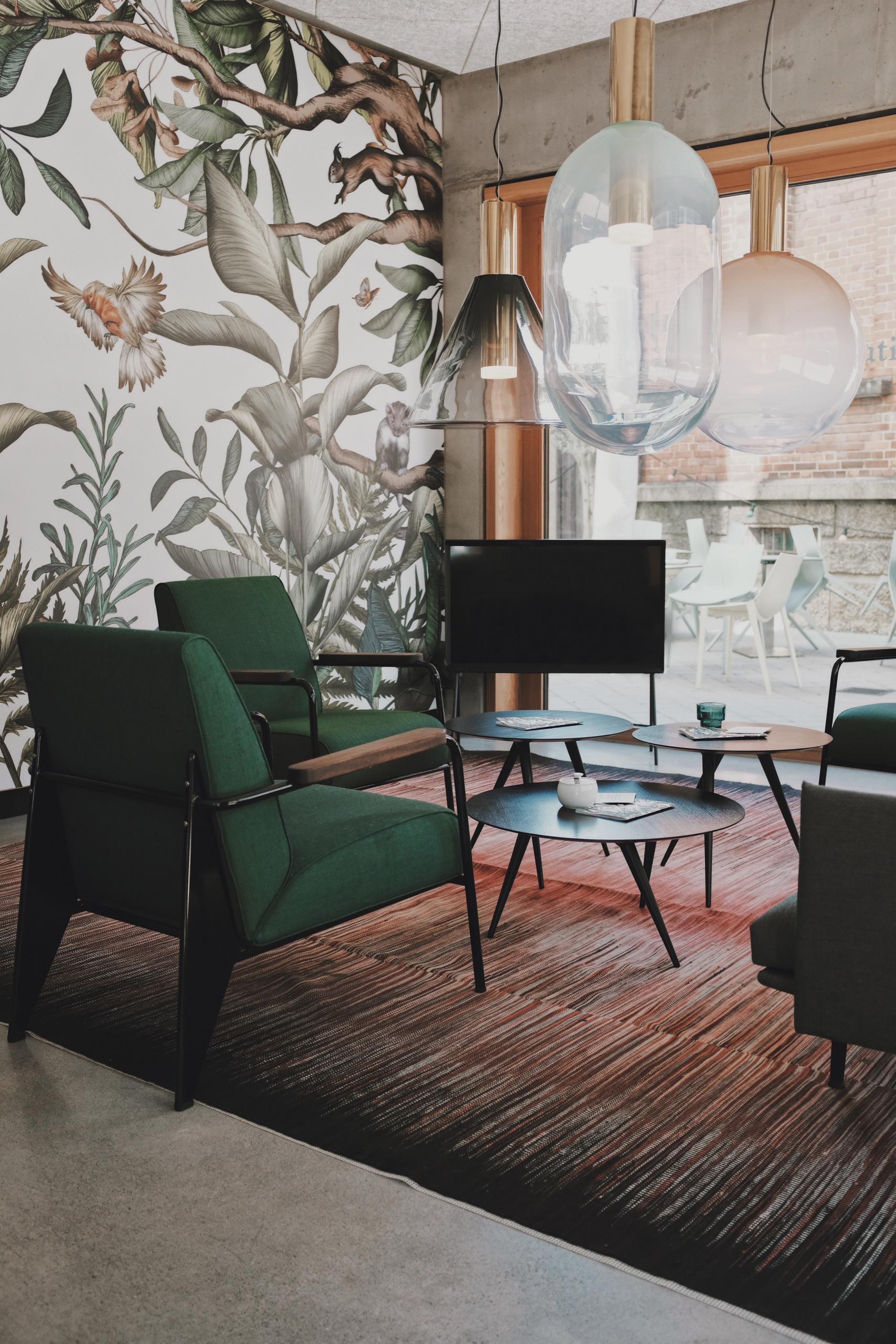 roller tapeten graue tapete moderne tapeten für wohnzimmer tapetenshop mowade de tapete blätter wald grüne möbel große lampen holzboden
