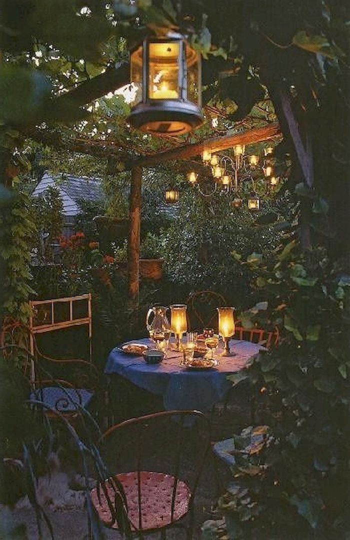 romantisches abendessen im garten mit kerzen viele grüne bäume und pflanzen beispiele gartengestaltung ideen
