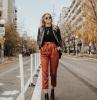 rostbraune paper bag hose mit hohem bund gepaart mit schwarzen t shirt lederjacke und boots mit absatz street style sportlich elegant