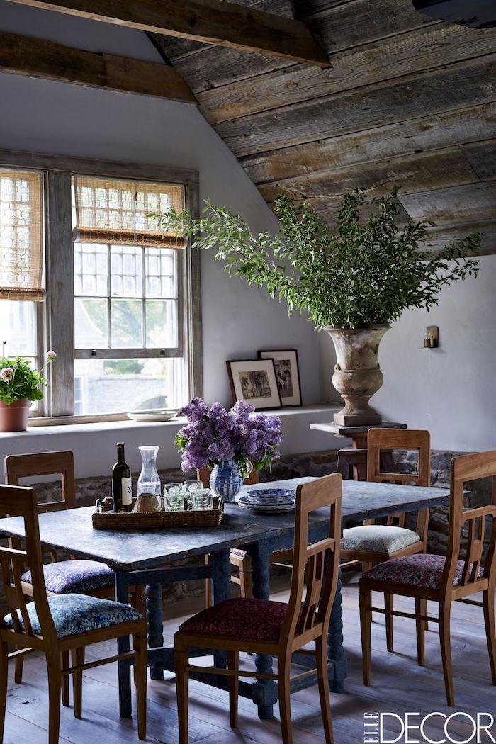 rustikalen essbereich einrichten bilder esszimmer ideen und inspiration große grüne pflanze dekoration vase mit lila blumen