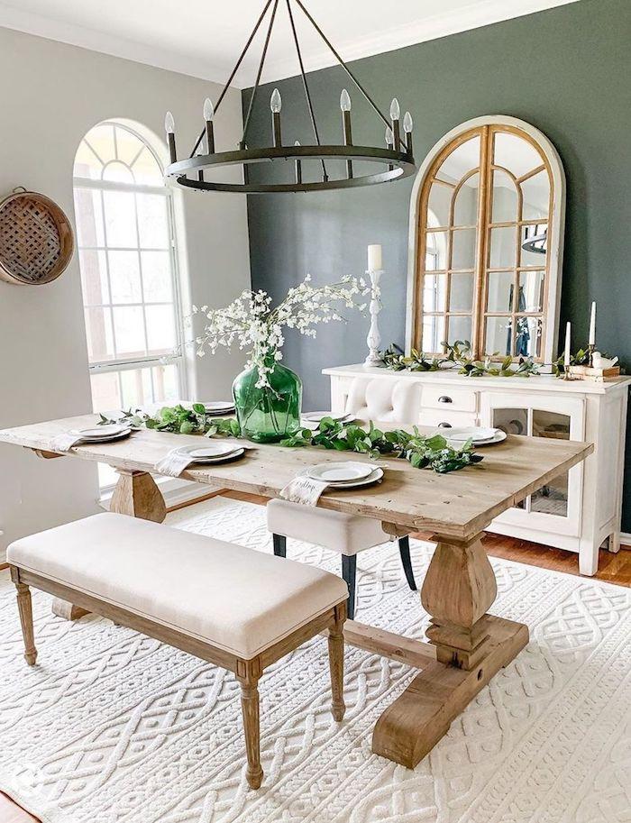rustikaler stil inneneinrichtung essbereich großer tisch aus holz weißer teppich esszimmer gestalten modern weißer schrank ovaler spiegel inneneinrichtung inspo
