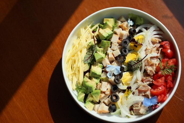 salat mit avocado eiern und frischen roten tomaten was kann man für salate zum grillen machen salat mit knoblauch