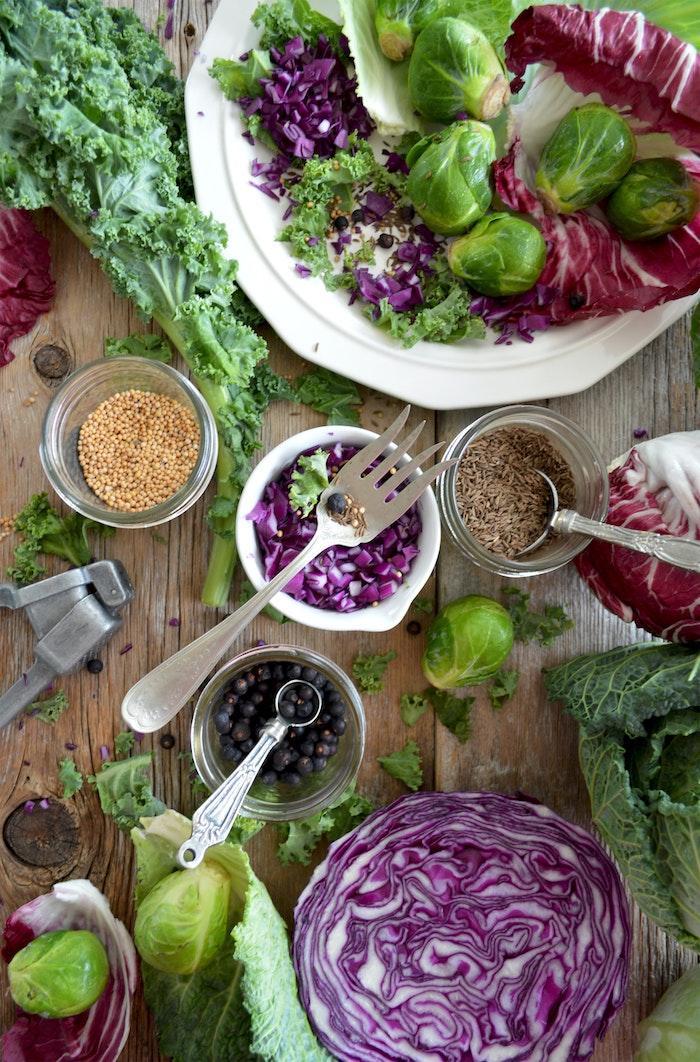 salat mit frischem kohl und brokkoli salat zum grillen schnell gemacht eine gabel
