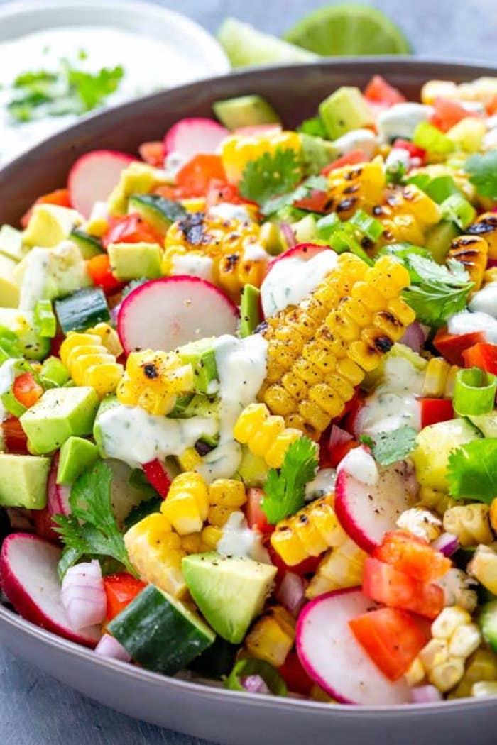 salat mit gegrilltem mais was kann man für salate zum grillen machen ein salat mit geschnittenen gurken