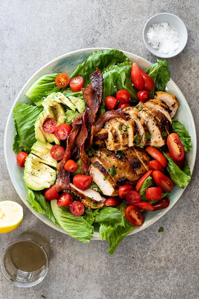 salat mit gegrillten gemüsen salate zum grillen schnell gemacht salat mit avocado und frischen roten tomaten