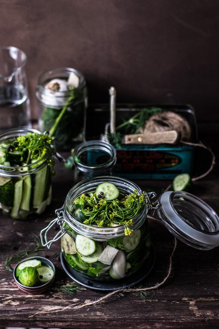 salate mit frischen gurken was kann man für salate zum grillen machen ein tisch aus holz beilagen ideen