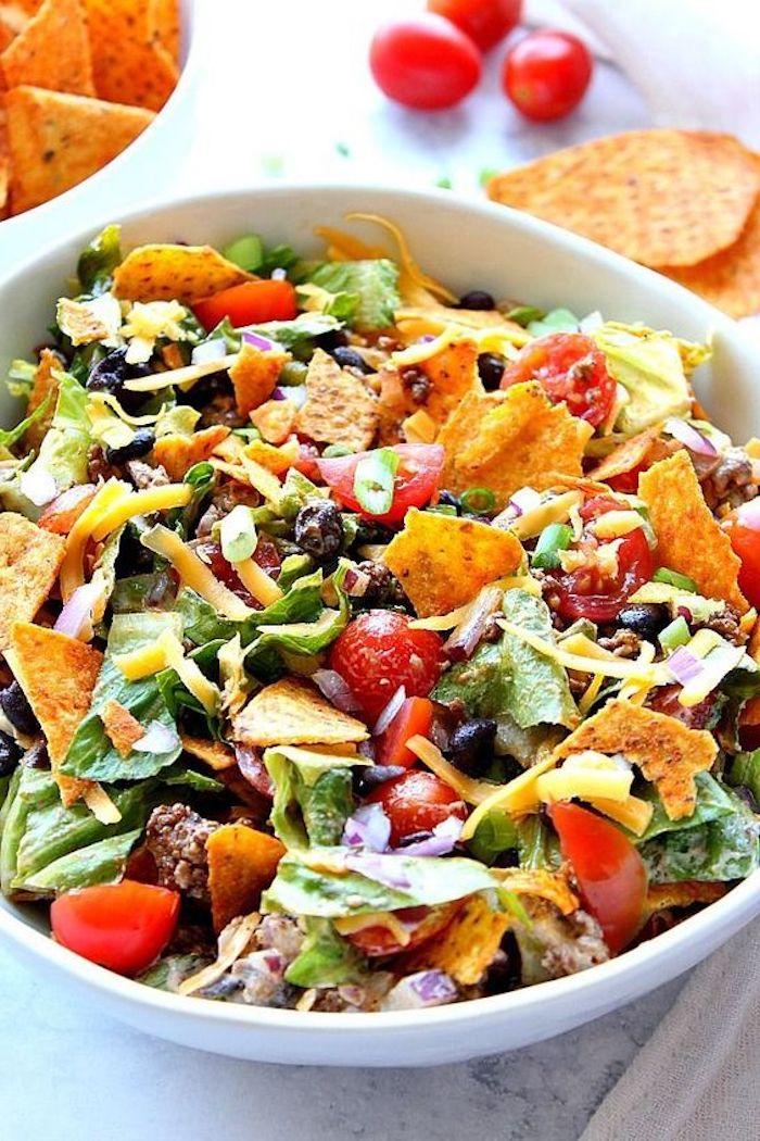 salate zum grillen beilagen zum grillen schnell gemacht weiße schüssel mit tortilla oliven salat mit rucola und tomaten