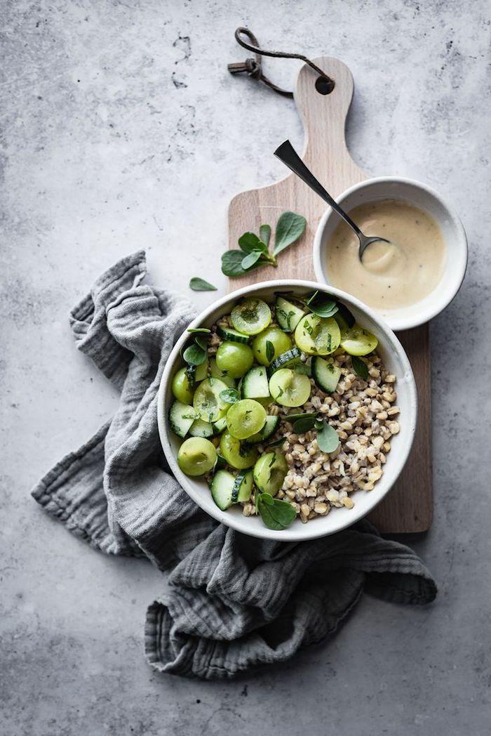 salate zum grillen schnell gemacht eine weiße schüssel mit einem grünen salat mit avocado und basilikum