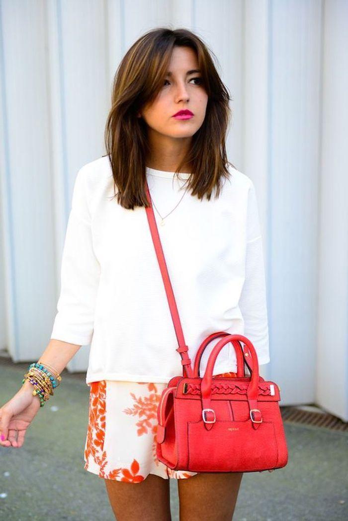 schickes outfit street style weiße bluse kurze weiße hose mit rotem print rote umhängetasche frisuren 2021 frauen mittellang braune haare mit vorhangpony