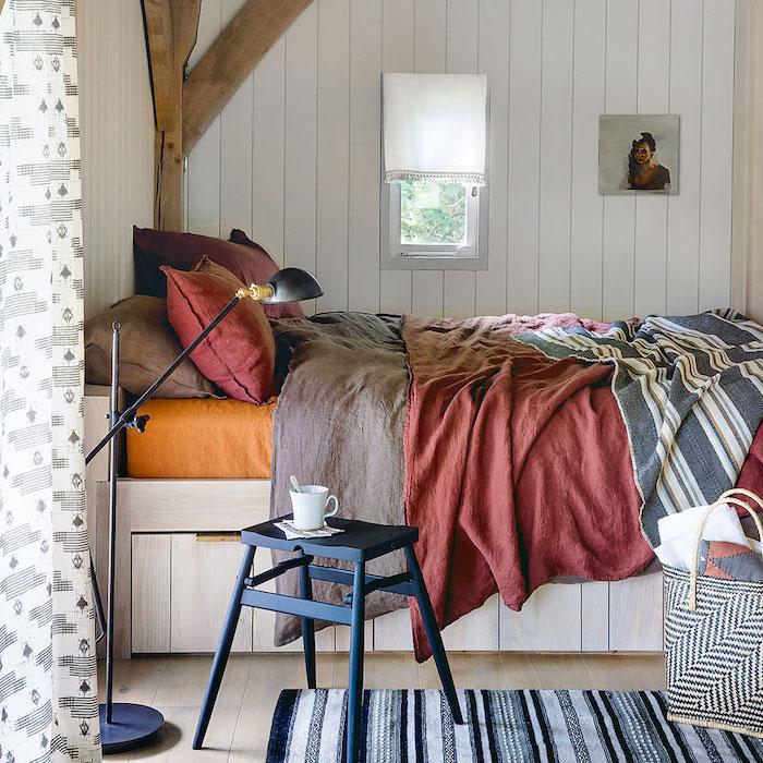 schlafzimmer großes bett rote bettwäsche modernes gartenhaus umwandeln renovierung inspiration und ideen inneneinrichtung