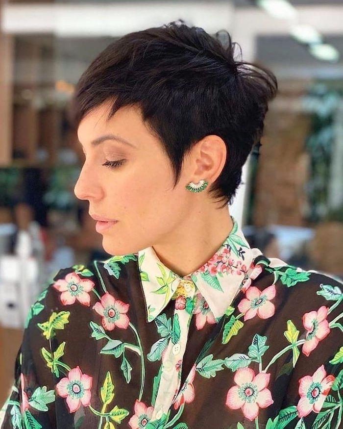 schöner hinterkopf bei kurzhaarfrisuren pixie cut extrem kurz junge frau schwarze haare frech fransig kurzhaarfrisur