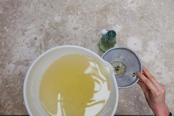 schritt für schitt anleitung eine hand eine flasche aus glas holunderblütensirup selber machen holunderblütensirup rezept