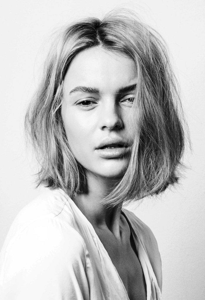 schwarz weißes foto von einem model in weißer bluse kurze haare bob frisur 2021 trendige kurzhaarschnitte sommerfrisur inspo