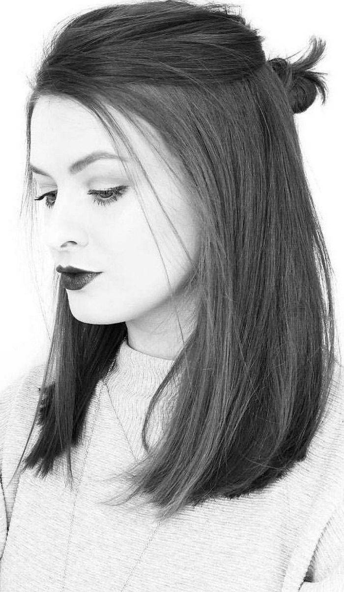schwarz weißes foto halb hoch halb unten gesteckte haare mit haarknoten frisuren damen schulterlang