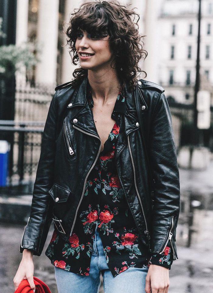 schwarze bluse mit roten blumen lederjacke und jeans outfit shaggy bob mit natürlichen locken wie sie den shag cut am besten stylen sollen