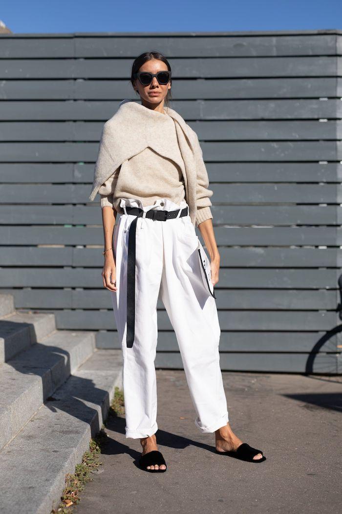 schwarze flache sommer schuhe weiße paperbag hose damen mit schwarzem gürtel beiger pullover artistisches outfit