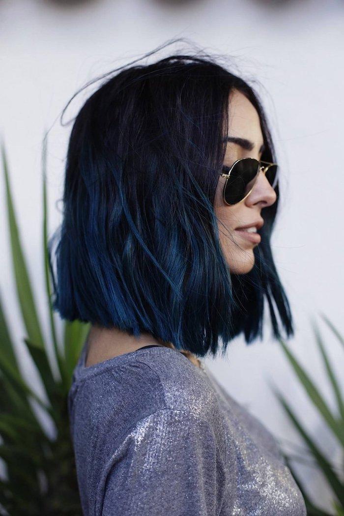 schwarze haare mit blauen strähnen aviator sonnenbrillen graue glitzernde bluse kurzen bob schneiden inspiration elegante frau