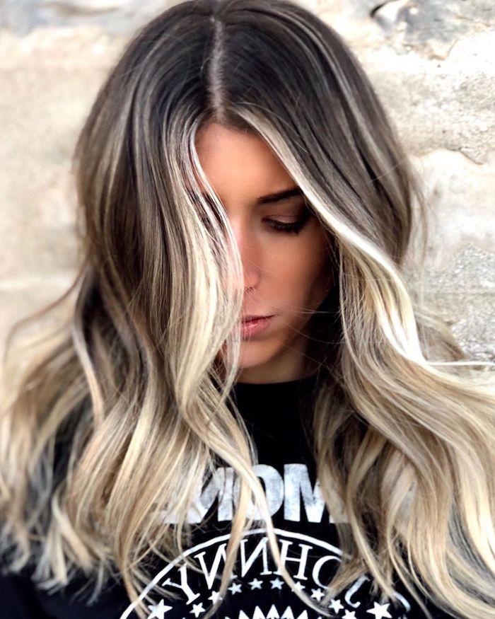 schwarzes ramones t shirt e girl style haare inspiration lange gewellte haare braune haare mit blonden strähnen trend 2021