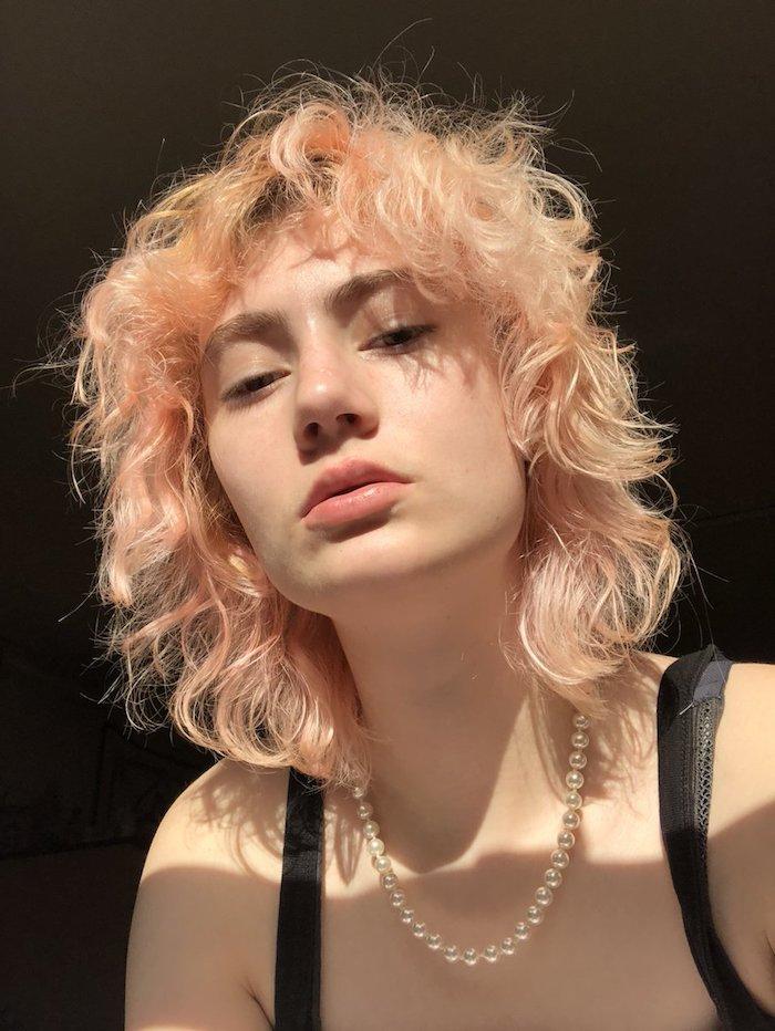 shaggy mullet frisur frau mit pink blonden haaren kurze haarschnitte damen mit locken halskette mit perlen wie soll ich mit die haare schneiden
