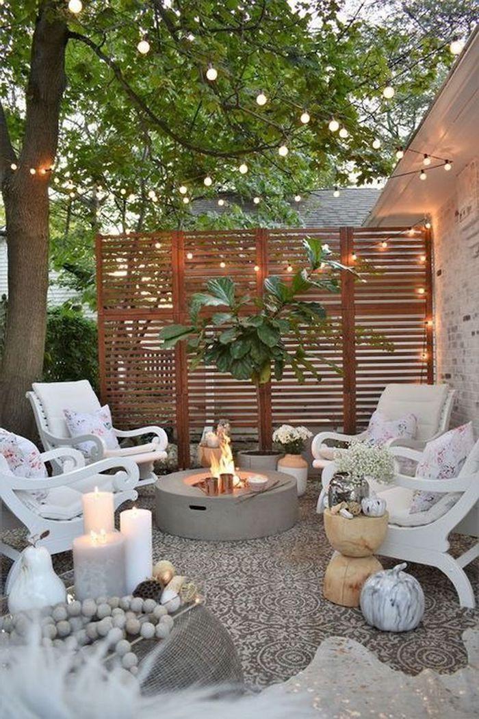 sichtschutz holzwand dekoriert mit hängeleuchten weiße gartenmöbel garten modern gestalten hinterhof mit feuerstelle