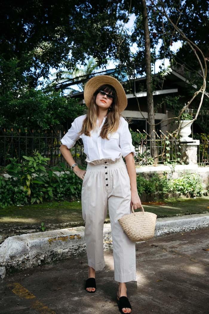 sommer strohhut outfit legere paperbag hose beige mit weißem hemd und schwarzen schuhen kleine strohtasche
