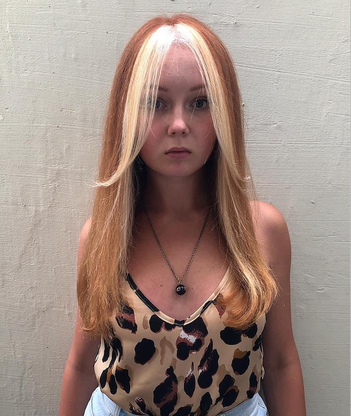 sommer top mit tierprint lange rote haare blonde strähnen angesagte haarfarbe 2021 e girl look