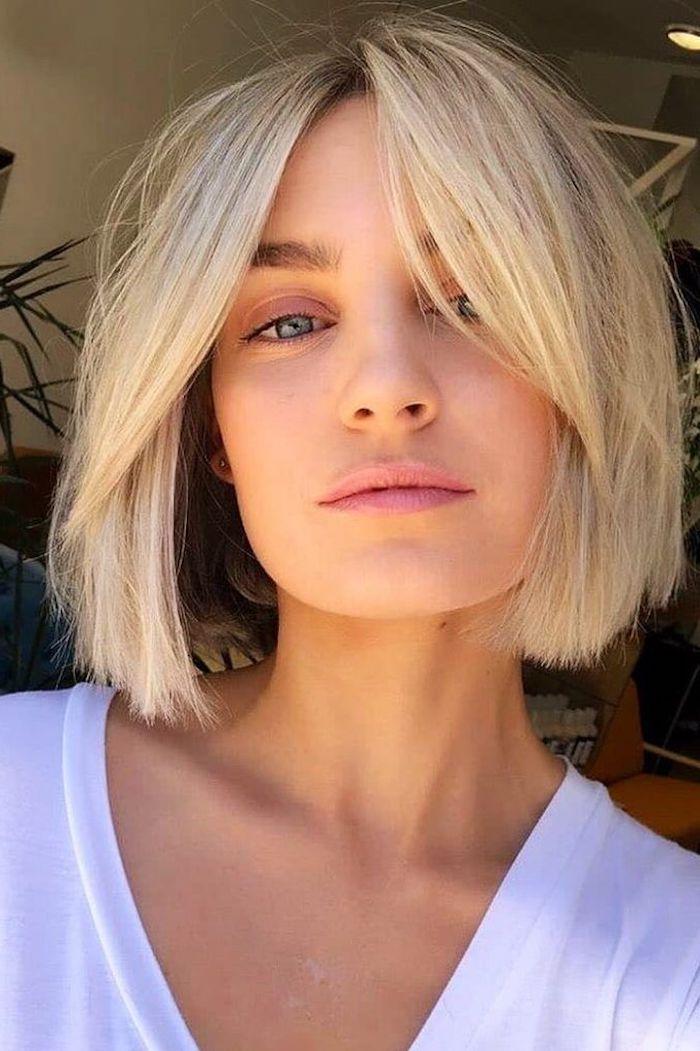 sommerfrisuren inspo frau mit kurzen blonden glatten haaren bob frisuren 2021 ideen moderne kurzhaarschnitte weißes legeres t shirt