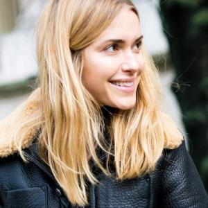 sportlich elegante schwarze lederjacke dame mit schulterlangen blonden haaren glatt frisuren mittellang stylen ideen und anleitungen