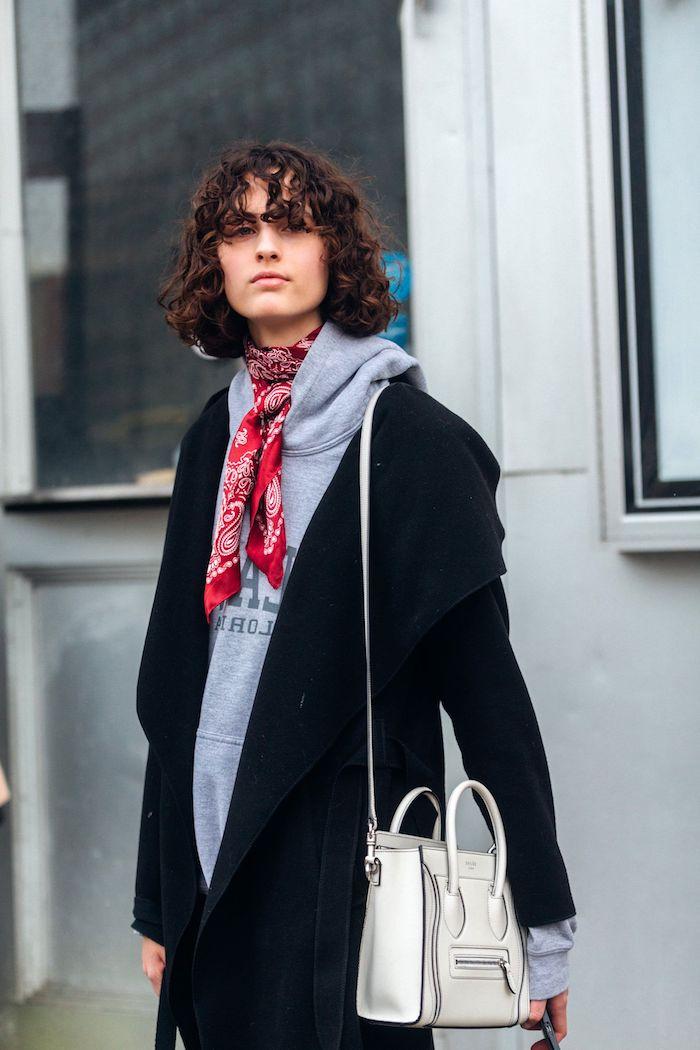 sportlich elegantes outfit casual style schwarzer mantel mit grauem sweatshirt und rotem schal kurzhaarfrisuren inspo shaggy bob 20201 ideen