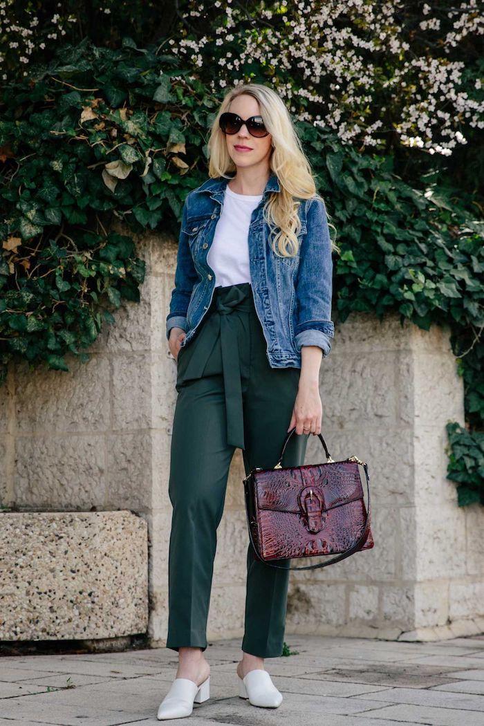 sportliches outfit grüne paperbag hose stylen mit weißem t shirt und blauer jeans jacke weiße schuhe mit kleinem absatz frau mit blonden haaren