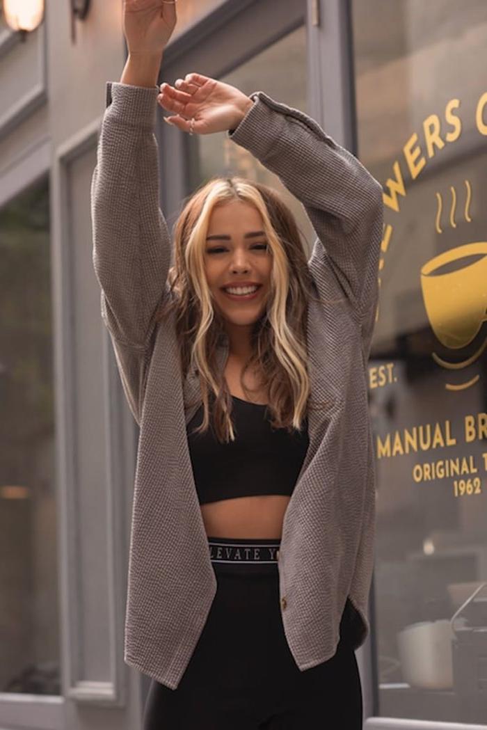 sportliches schwarzes outfit lange gewellte haare mit strähnen vorne balayage blond wie soll ich mit die haare färben trendige inspiration und ideen