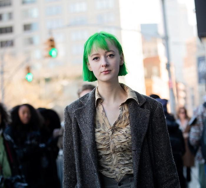 street style inspiration legeres outfit dunkler mantel dame mit kurzer grüner bob frisure coole grüne haare kurzhaarfrisuren 2021 damen ideen